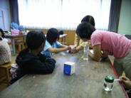 くみ上げた水の汚れ具合を試験紙で分析しています。 (2).JPG